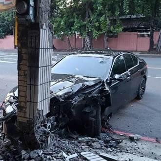 BMW失控撞民宅樑柱車頭全毀 駕駛輕傷辯:為了閃狗