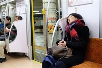 瞥到隔壁乘客搓手! 正妹車上小睡一下竟大腿腳踝全被侵犯
