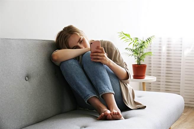 女子在丈夫的行車紀錄器中發現2人的對話,小三不但要求對方偷拍她裸照,當作威脅工作,還說要修理她,她最後憤怒提告。(示意圖/Shutterstock提供)