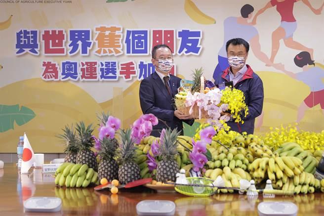 農委會主委陳吉仲今天宣布,台灣將有5000公斤香蕉要進軍東奧做為選手村水果之一。(農委會提供/林良齊台北傳真)