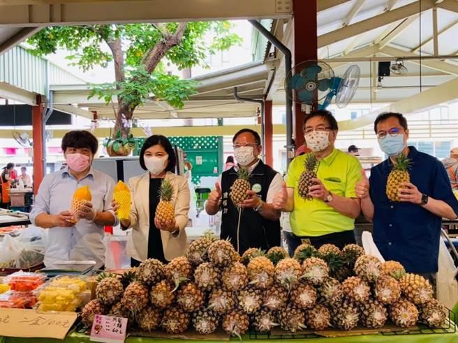 雲林縣長張麗善(左二)親至台北希望廣場辦理鳳梨促銷。(雲林縣府提供)