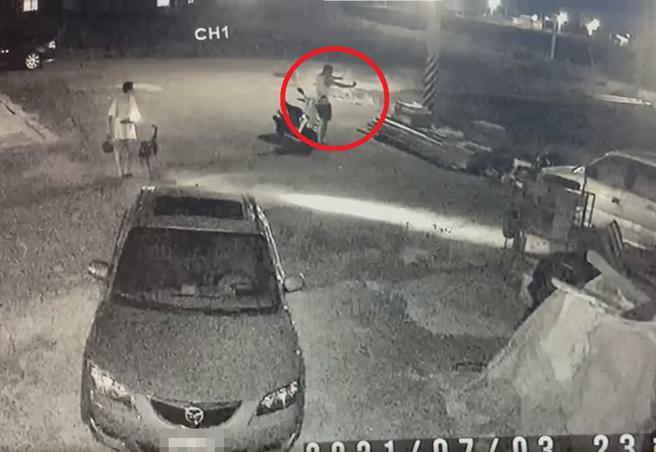民眾上網爆料雲林北港分局黃姓警員(右上紅圈處)以彈弓攻擊狗,甚至私闖民眾打人。紅圈處可見黃員手持彈弓作出射擊的身影。(翻攝臉書社團《爆料公社公開版》)