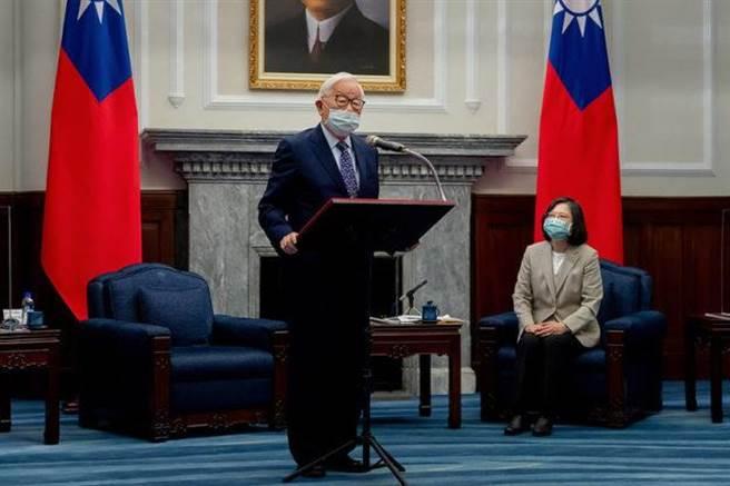 蔡英文總統(右)13日在總統府接見出席今年「APEC領袖會議」代表—台積電創辦人張忠謀(左)。圖/總統府提供