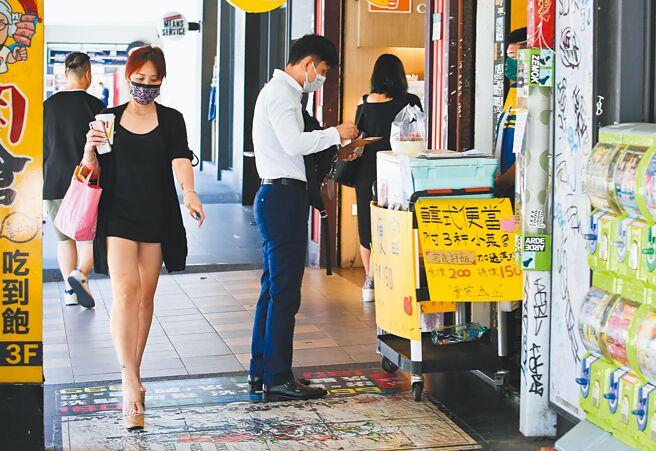 15日西門町「微解封」後,還是空空蕩蕩、人潮不多,餐廳業者只能外帶一些生機。(陳俊吉攝)