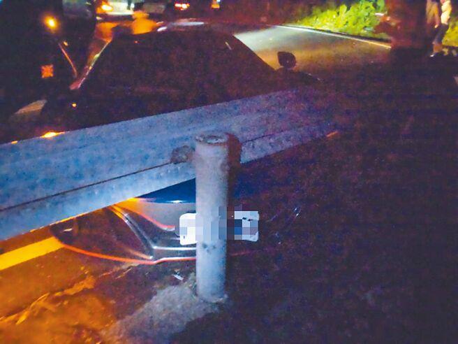 陳姓男子駕駛麥拉倫超跑行經北宜公路一處彎道時撞上護欄嚴重毀損。(礁溪警分局提供/胡健森宜蘭傳真)