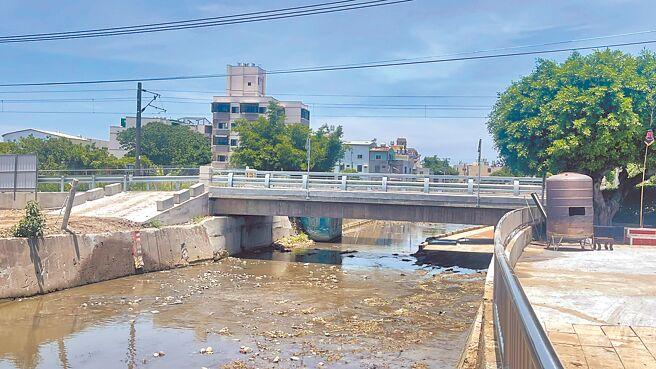 沙鹿區斗潭路南勢溪橋趕在颱風旺季前完工通車,讓民眾行經安全又方便。(台中市政府提供/陳世宗台中傳真)
