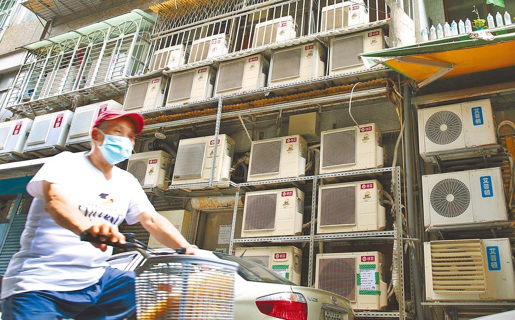 朝野黨團一致要求七月應凍漲夏日電價。圖為台北市一處住宅巷弄裏的冷氣室外機壯觀地掛放在牆外。(本報資料照片)