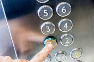 電梯2按鍵被黏貼紙 大樓住戶不介意 反被感動哭了
