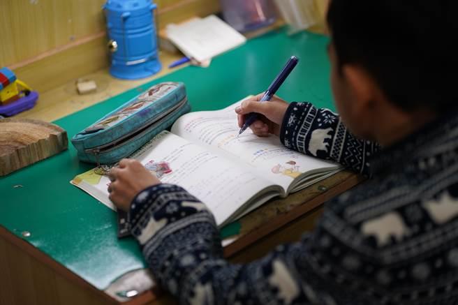 中央流行疫情指揮中心5月中旬要求全國中小學停課,兒少安置機構照顧人員工時及備援人力增加,導致機構經營管理成本提高。(安置盟提供/林良齊台北傳真)