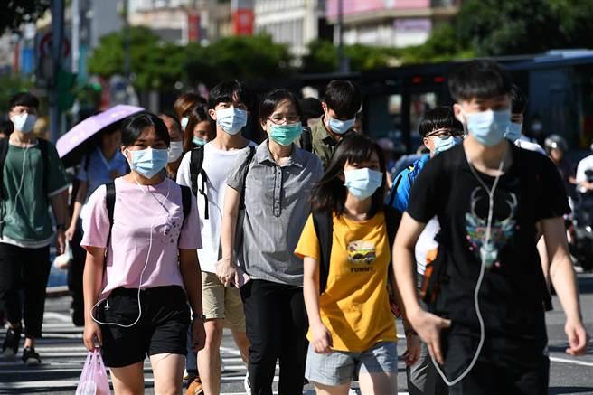 台灣沒封城就壓制疫情,到底能否算是防疫高手,網友認為成功壓制疫情的主因是人民防疫意識高。(圖/Shutterstock)