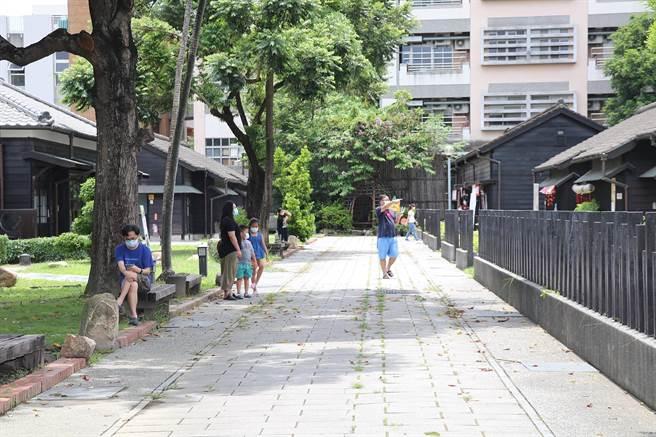 嘉義市檜意森活村參觀民眾較平日增加。(嘉市政府提供/張亦惠嘉市傳真)