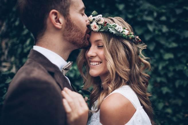 天蠍雙魚、白羊獅子、雙子天秤、金牛摩羯這4組星座配對最適合當夫妻,結婚機率最高。(示意圖/shutterstock)