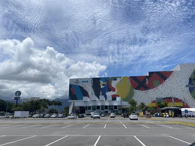 花蓮熱門景點之一的新天堂樂園今天上午人潮稀落,停車場僅停滿約3分之1。(羅亦晽攝)