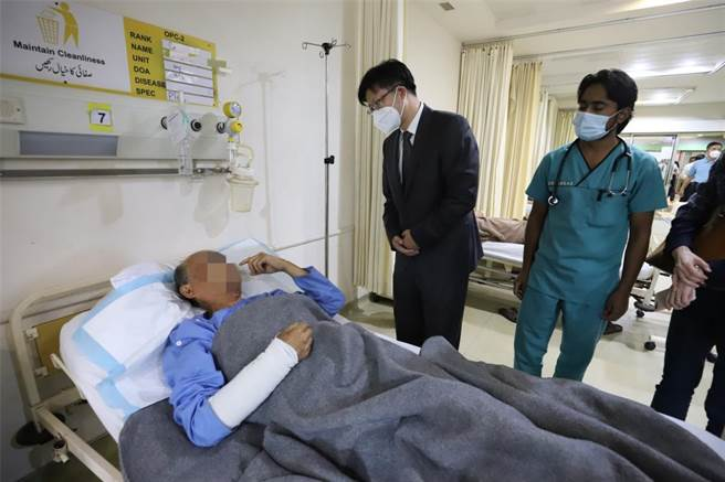 中國赴巴基斯坦跨部門聯合工作組組長、外交部涉外安全司副司長吳偉(左二)16日下午同中國駐巴基斯坦大使農融一同趕赴巴首都附近的陸軍醫院,看望和慰問在達蘇恐怖襲擊事件中受傷的中方人員。(新華社)