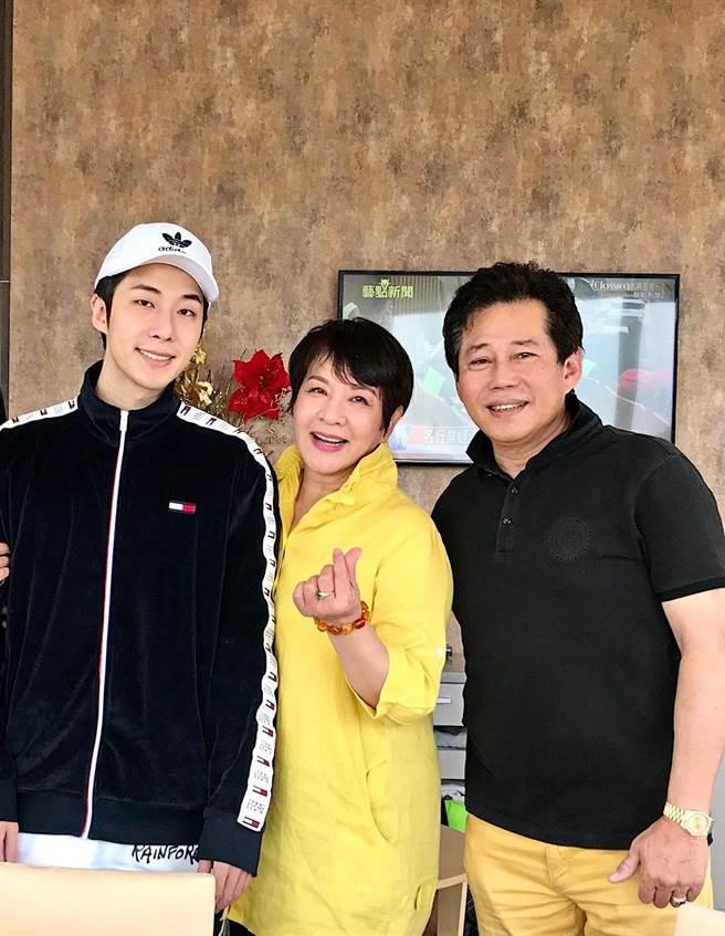 李東軒(左起)和媽媽、爸爸感情非常好。(邦寧傳播提供)