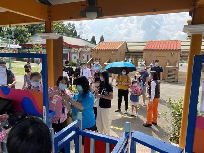 六福村主題遊樂園午後累積500多人次遊園。(六福村提供)