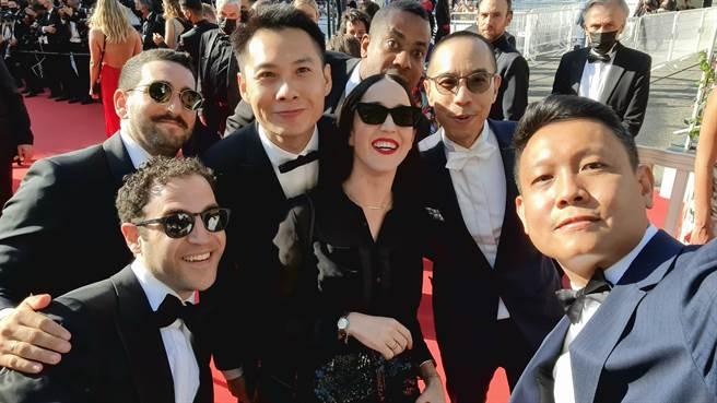 陳哲藝與《永恆風暴之年》其他位導演等劇組踏上坎城影展紅毯。(陳哲藝提供)