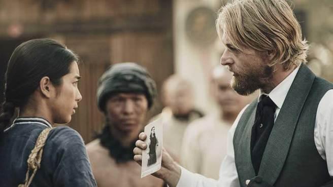 法比歐劇中奉命來台調查「羅妹號事件」。(公視提供)