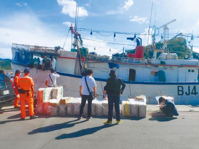 「昇慶利」號漁船16日第三度被搜出私菸,海巡署查緝人員與新北市財政局菸酒管理科人員將私菸搬出密艙清點。(王揚傑攝)