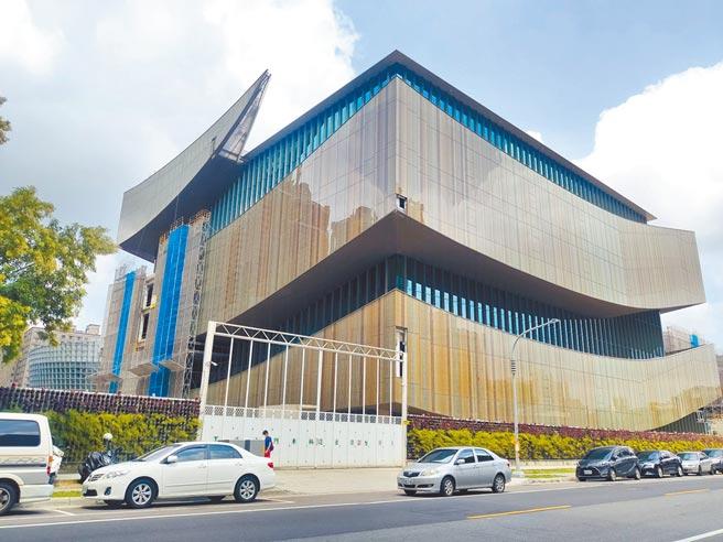 桃園市立圖書館總館工程外觀日前拆除鷹架亮相。(賴佑維攝)