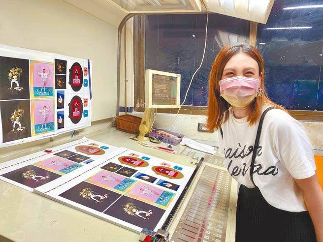 魏如萱昨前往印刷廠探班,搶先看實體專輯模樣。(好多音樂提供)