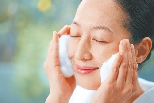 朵茉麗蔻潔顏霜紮實濃密的胺基酸泡泡,洗淨後依然保溼不緊繃。(朵茉麗蔻提供)