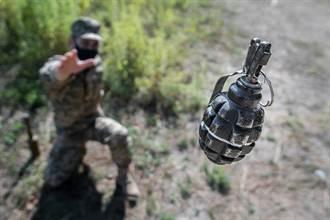 新兵丟手榴彈失手掉腳邊 中隊長秒抓人翻滾神救援