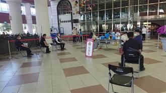 台南市議會大廳當疫苗接種站 近300位民眾順利施打
