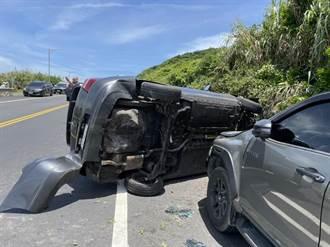 新北貢寮廂型車疑自撞山壁側翻 車頭凹陷、安全氣囊瞬間爆開