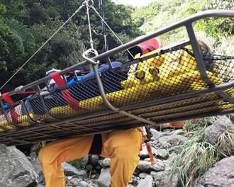 德國男攀瑞芳老鬼瀑布扭傷腳 直升機吊掛脫險