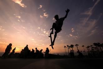 極限滑板神技 12歲男孩破紀錄1080度轉體摘冠