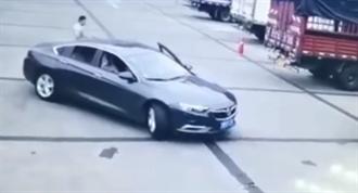 陸女探頭倒車竟「遭2車夾斷頭亡」 夫全程目睹崩潰