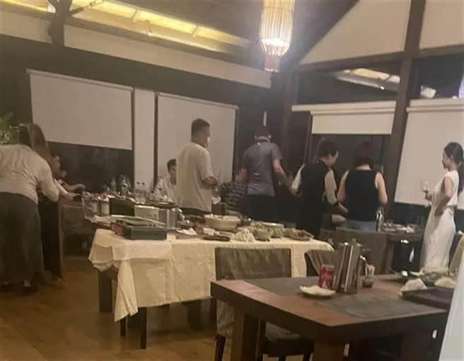民眾向媒體爆料,屏東縣牡丹鄉頂級渡假村「牡丹灣villa」有18名老顧客違規群聚用餐。(民眾提供)