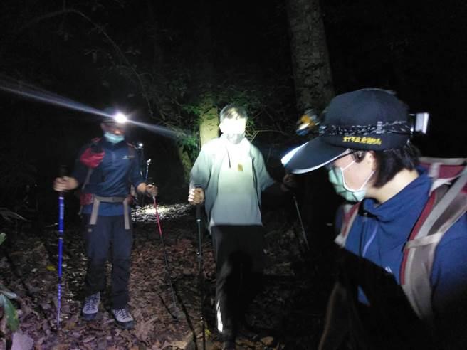 許姓男子與友人等一行3人攀登東卯山,結果發生腳抽筋意外。(台中市消防局提供/陳淑娥台中傳真)