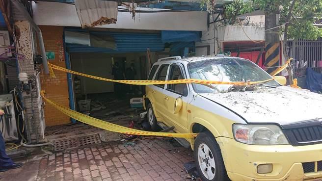東區一處住宅區民宅18日凌晨零時許發生瓦斯氣爆,大門被炸開,屋內一片狼藉。(程炳璋攝)