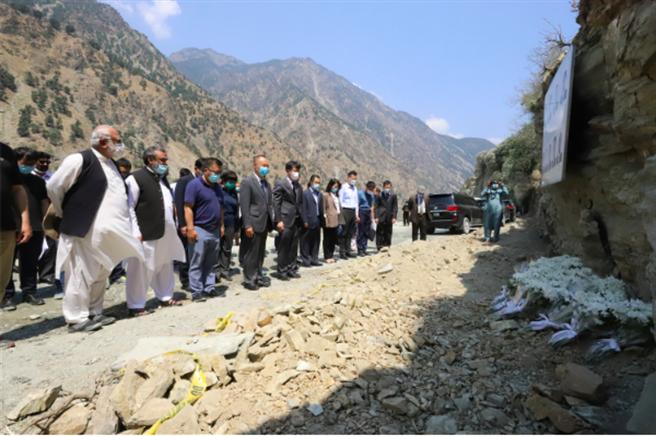 7月17日,中國赴巴基斯坦跨部門聯合工作組組長、外交部涉外安全司副司長吳偉(前排左五)與中國駐巴大使農融(前排左四)帶領現場人員集體肅立默哀。(圖/新華社)