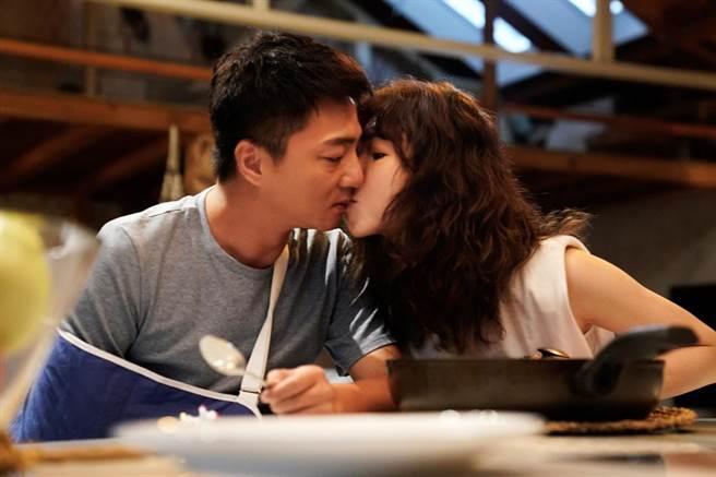 藍葦華、謝盈萱在《俗女2》親吻戲。 (華視、CATCHPLAY提供)