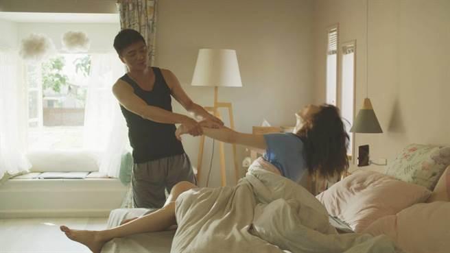 藍葦華、謝盈萱在《俗女2》叫床戲。 (華視、CATCHPLAY提供)