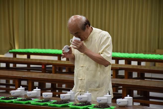 苗栗縣2021年夏季東方美人茶比賽18日在頭份市農會舉行評選,由前茶改場長陳國任團隊協助評選。(謝明俊攝)