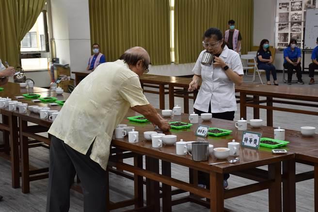 苗栗縣2021年夏季東方美人茶比賽,評審反覆審選最後才選出特等獎。(謝明俊攝)