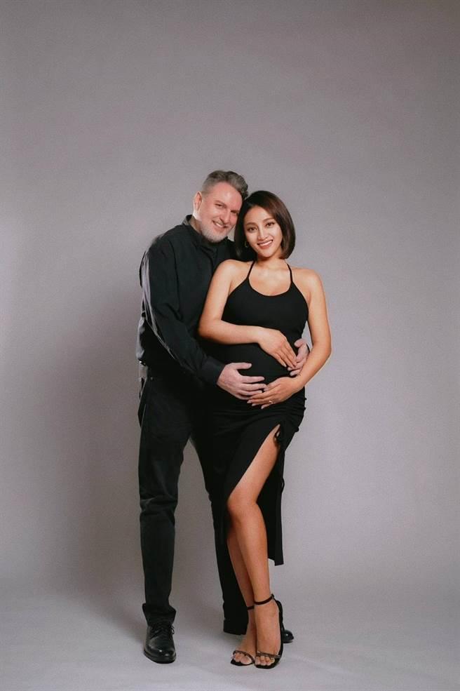 葉瑋庭(右)和老公Russell滿心期待寶寶出生。(沐比攝影提供)