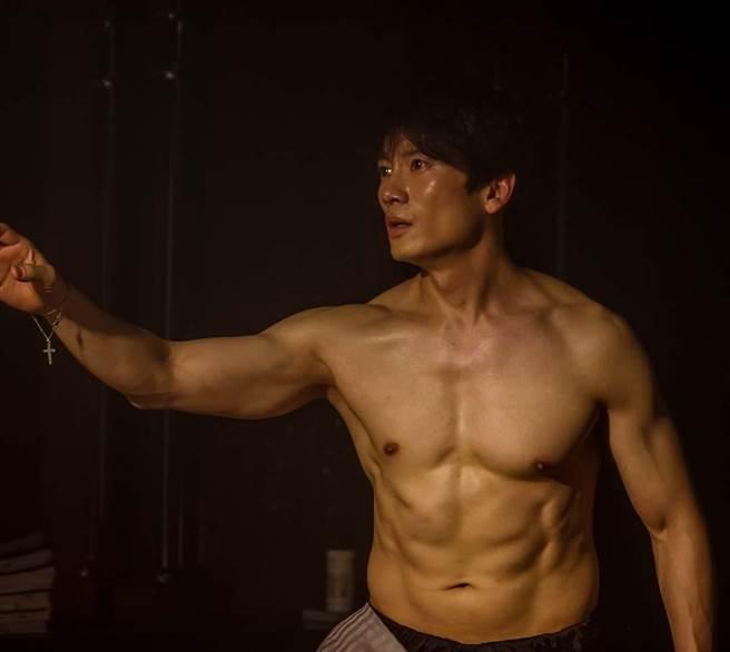 池晟在劇中大秀精壯好身材。(friDay影音提供)