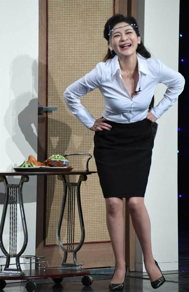 王彩樺演短劇穿白襯衫秀好身材。(華視提供)