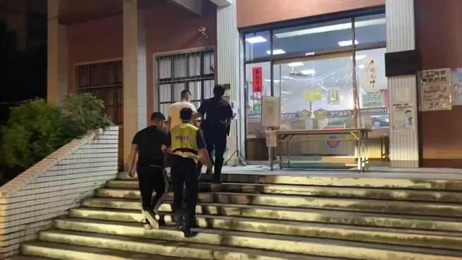 台中市霧峰區今晚發生一起爭風吃醋各自撂人談判引衝突案,警方以車追人,2小時內迅速逮人到案。(民眾提供/盧金足台中傳真)