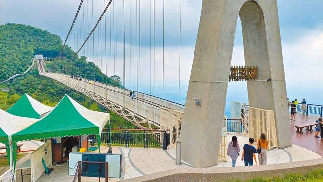 微解封首個周末,梅山鄉太平雲梯遊客稀稀落落,登梯人數跟過去假日的盛況落差很大。(張亦惠攝)