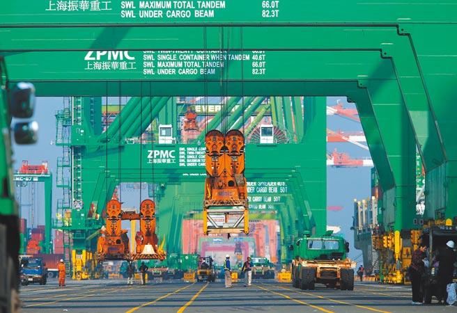 國泰金日前預測,台灣今年經濟成長率只求「保5」,預期景氣9月才能止跌回穩。(本報資料照片)