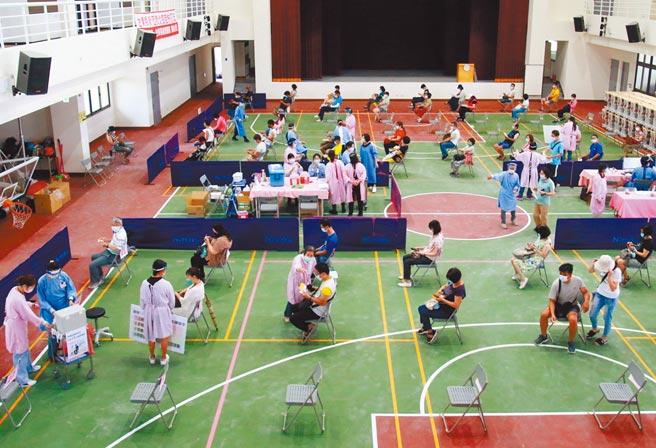 台東縣3000多位高中職以下教職員,17日施打疫苗。(台東縣政府提供/莊哲權台東傳真)