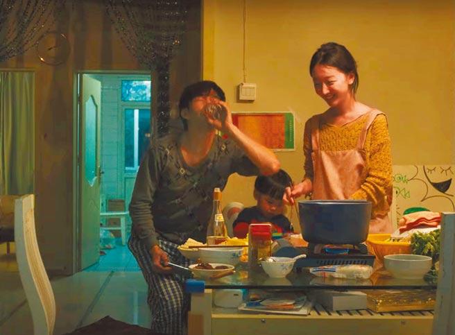 周冬雨(右)與章宇(左)飾演在家隔離的夫妻。(摘自微博)