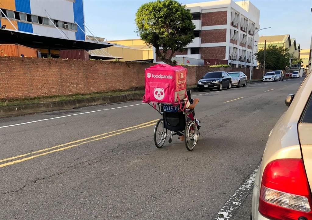 網友目擊坐著輪椅外送的外送員,該外送員在輪椅後方握把上安裝鐵板、放上外送包,獨自在路上外送,感動地說「他都這麼努力了,我有什麼資格喊苦?」(翻攝自臉書「路上觀察學院」)