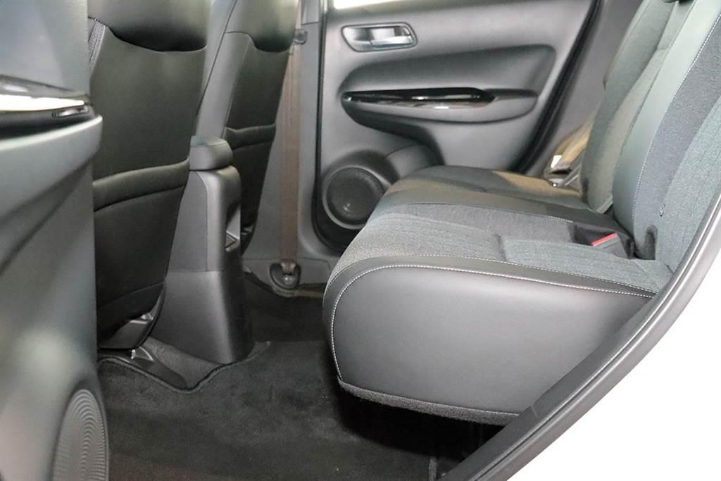 椅墊可以看得出來比現行車款的來得突出許多。